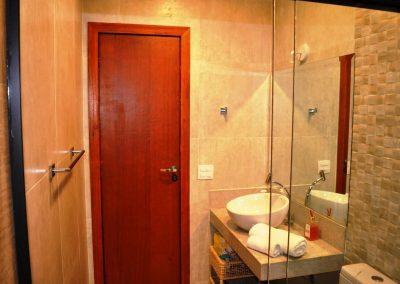 banheiro porta - pousada encanto do pero - cabo frio